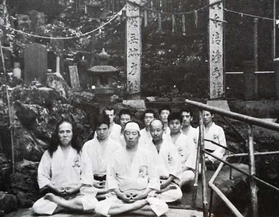 Gogen Yamaguchi meditates with karate students